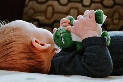 3 miesiąc życia dziecka: rozwój fizyczny i emocjonalny, co umie 3-miesięczny niemowlak