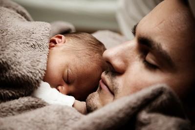 Urlop ojcowski czy urlop tacierzyński? Jakie przywileje zyskuje każdy tata?