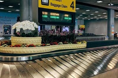 Nowe zasady w czasie podróży samolotem. Rodzicu sprawdź co nowego na lotnisku i w samolocie