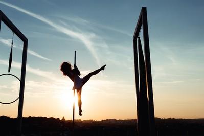 Nowa moda: taniec na rurze dla dzieci! Czy to odpowiednie zajęcia?