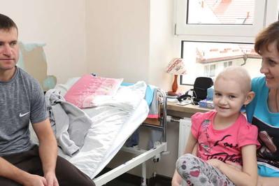 Zostawili dom, pracę i małego synka. Przyjechali do Polski ratować córeczkę