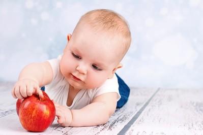 Urozmaicenie diety niemowlaka to wyzwanie. Zobacz produkty zakazane i zalecane