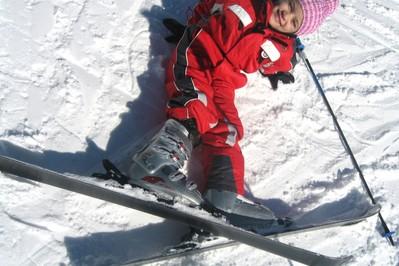 Maluch na stoku narciarskim