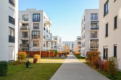 Nowy dom na obrzeżach miasta – oaza ciszy i nie tylko
