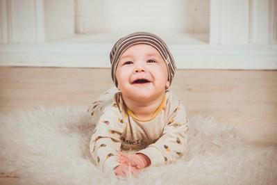 Ząbkowanie niemowlaka - objawy i sposoby na ból dziąseł u dziecka
