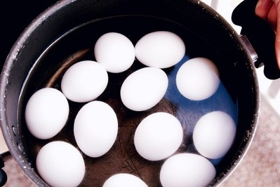 Jak gotować jajka, żeby nie pękały? TOP 6 sposobów gotowania jajek
