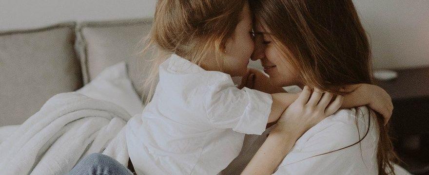 Zasiłek dla samotnej matki 2021: ile wynosi i jak uzyskać to świadczenie?