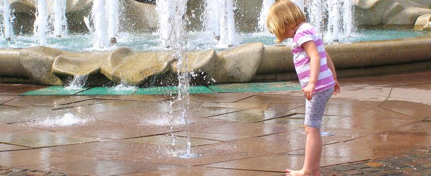 Pozwalasz dziecku kąpać się w miejskiej fontannie? TO BŁĄD!
