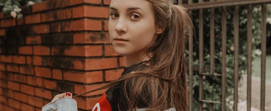 Dane ALARMUJĄ: polskie nastolatki oceniają siebie NAJGORZEJ! Raport HBSC 2020