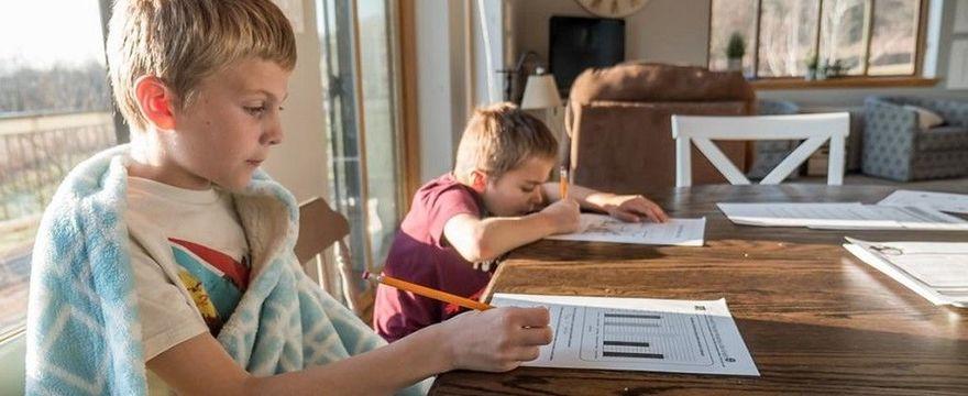 Zdalne nauczanie: 5 RAD jak zapobiegać bólom pleców u dzieci w czasie nauki w domu?