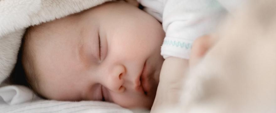 Sen dziecka: dlaczego małe dziecko tak dużo śpi