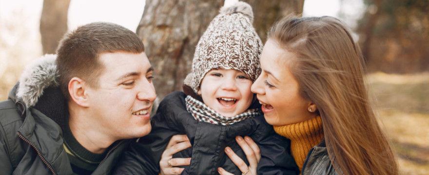 Kiedy zakładać dziecku czapkę? – odwieczny dylemat rodziców