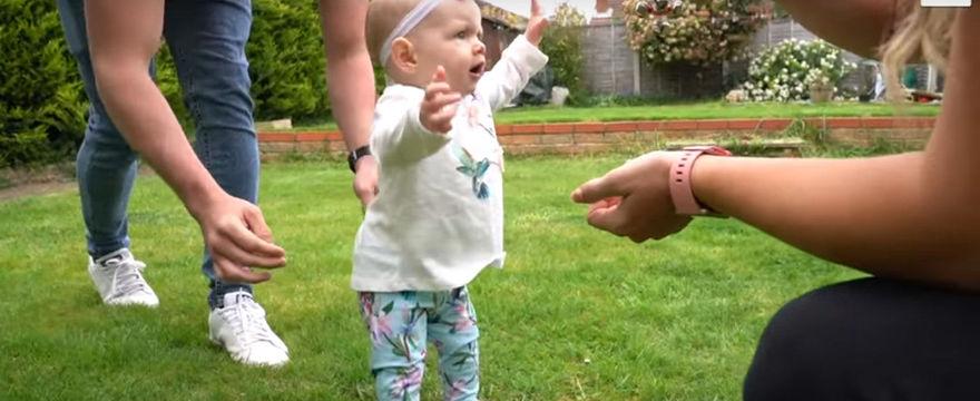 Sześciomiesięczne dziecko samo chodzi! Zobacz video!