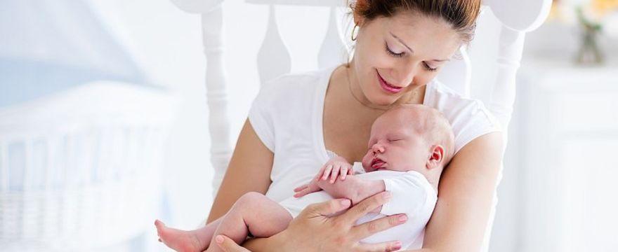 POŁOŻNA komentuje: Jak rozwija się dziecko w drugim miesiącu życia?
