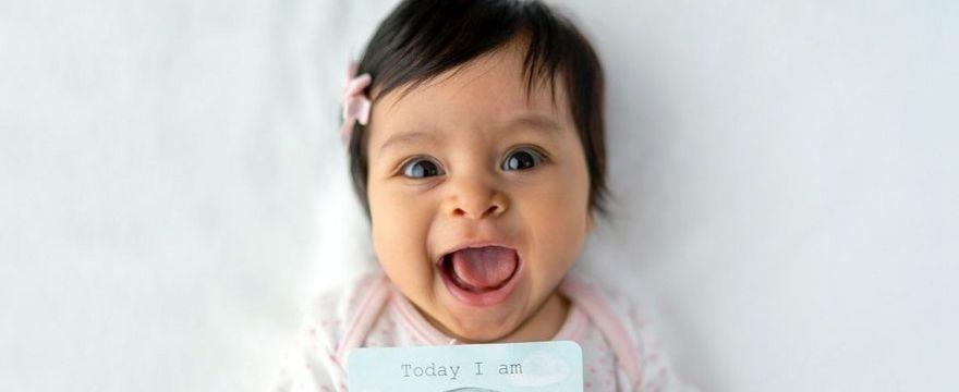4 miesiąc życia dziecka: rozwój fizyczny i umysłowy niemowlaka