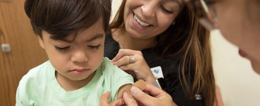 Szczepienia: czy warto szczepić dzieci w czasie pandemii? Kto jeszcze powinien poddać się szczepieniom?