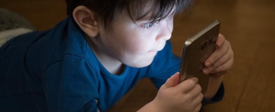 Pierwszy telefon komórkowy dla dziecka – jaki wybrać? Przydatne wskazówki