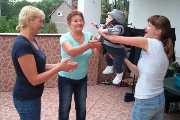 Franek podczas zabawy z mamą, babcią i prababcią :)